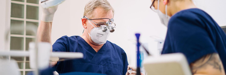 Team - Zahnarzt Nürnberg Erlenstegen - Dr. Reinhold Schiml - Praxis - behandlung